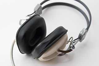 """Headphones 1"" by PJ. CC BY-SA 3.0"
